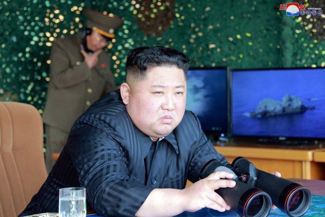 Kim Jong Un supervisa un ensayo militar