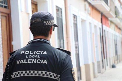 Fallece un motorista al impactar contra unos turismos en Archiduque Carlos