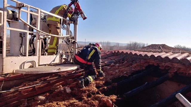 Efectivos de Bomberos de la Diputación de Teruel sofocan un incendio en una vivienda en Monreal del Campo.