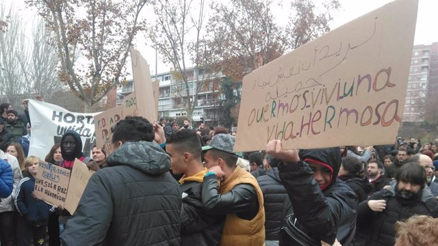 Veïns d'Hortaleza es concentren contra els missatges d'odi, el feixisme i la xenofòbia.