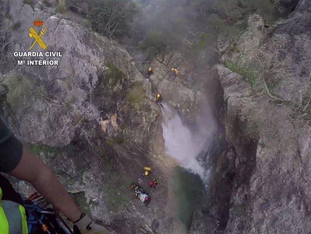 Rescate de la Guardia Civil a una mujer que se fracturó el tobillo mientras practicaba barranquismo en el torrent solleric