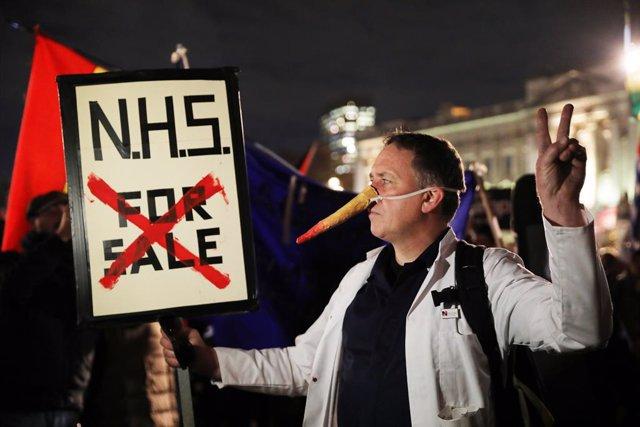 Protestes contra la venda de la NHS britànica.