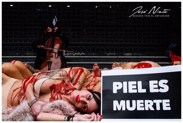 Activistas hacen una performances en Callao simulando ser animales desollados