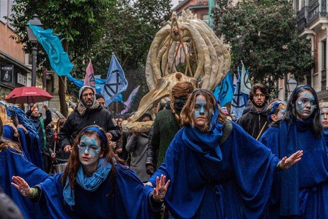 """El movimiento Extinction Rebellion se ha manifestado este domingo en Madrid con una marcha por """"los océanos muertos""""."""