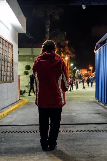 Alertan de que una joven de 20 años vive en un contenedor en la puerta del CETI de Melilla tras negársele el asilo