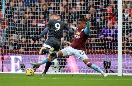 El Leicester golea en Villa Park y afianza su segunda posición liguera
