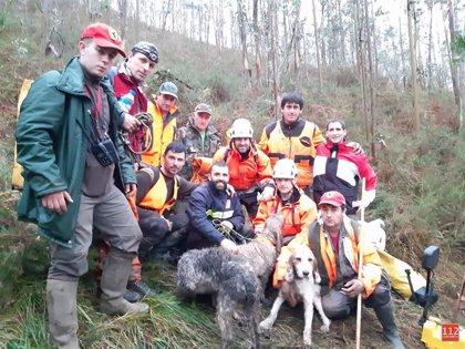 Rescatan en buen estado a tres perros de caza caídos en una torca de Valdáliga