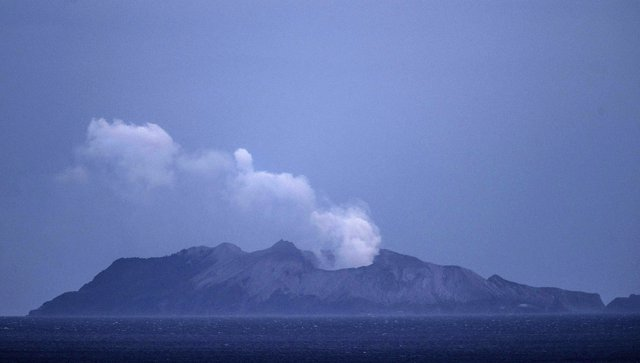 Volcán de la Isla Blanca, también conocida como Whakaari, en el norte de Nueva Zelanda