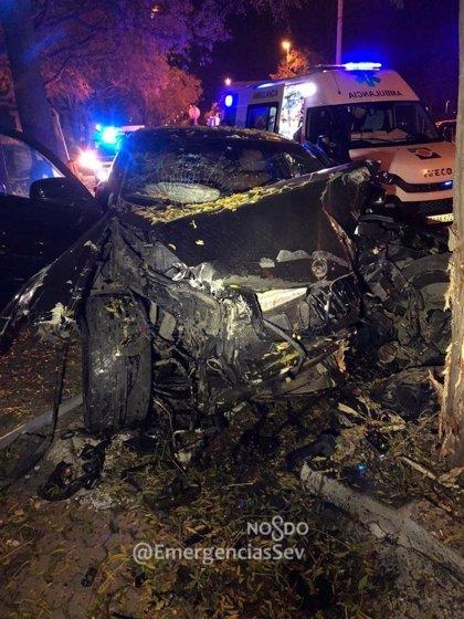 Cinco heridos tras la colisión entre dos turismos y choque posterior contra un árbol en Sevilla