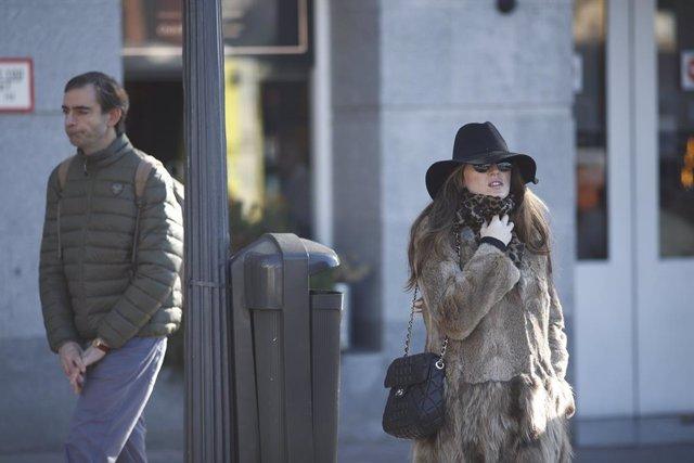 Una dona passeja per Madrid molt abrigada per protegir-se del fred ocasionat pel temporal.