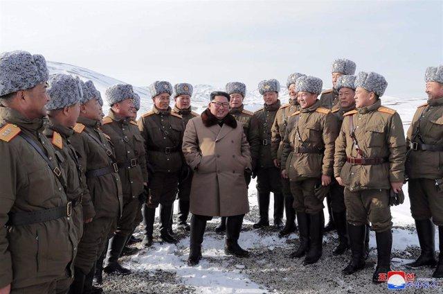 Kim Jong Un rodeado de militares en su visita al monte Paektu
