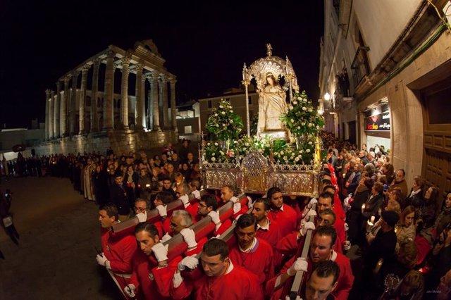 Procesión de la Mártir Santa Eulalia a su paso por el Templo de Diana