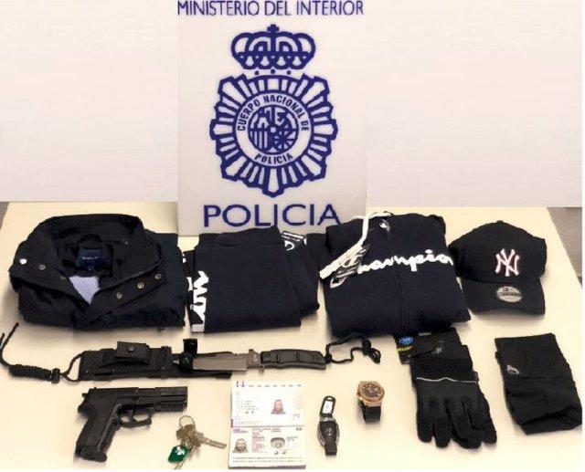 Efectos recuperados por la Policía Nacional de un detenido por alquilar viviendas y vehículos de alta gama para estafar