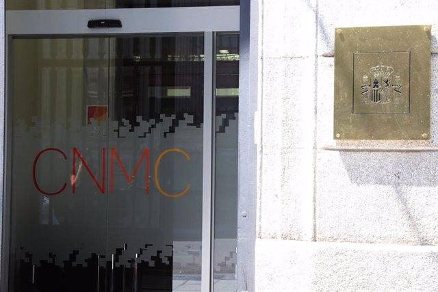 Puerta principal de la Comisión Nacional de los Mercados y la Competencia (CNMC) en Madrid.