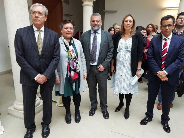 El consejero Rogelio Velsco, junto al delegado territorial, Alberto Cremades y la maestra artesana Montserrat Hidalgo