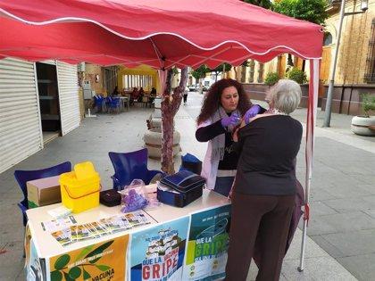 El Área Sanitaria Norte de Huelva hace una campaña itinerante de vacunación antigripal en puntos neurálgicos de la zona
