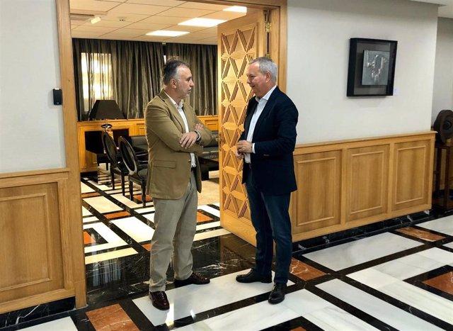 El presidente de Canarias, Ángel Víctor Torres, charla con el consejero de Obras Públicas, Transportes y Vivienda del Gobierno de Canarias, Sebastián Franquis