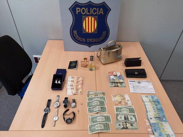Els objectes i els diners decomissats per la policia en l'escorcoll del pis de Barcelona a una banda dedicada a robatoris.