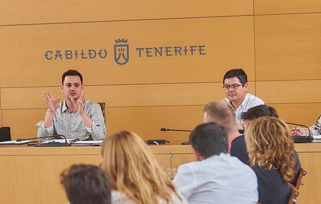 El consejero de Particiiación Ciudadana y Diversidad del Cabildo de Tenerife, Nauzet Gugliotta (i)