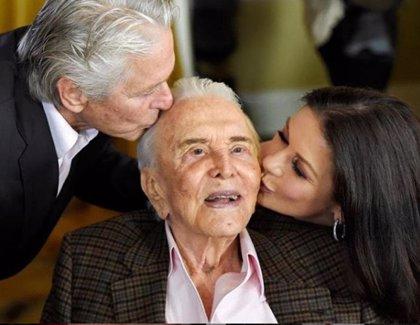 Kirk Douglas cumple 103 de lo más feliz con Michael y Catherine Zeta-Jones y sus nietos