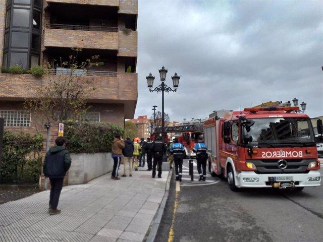 Desalojo de un edificio de la calle Mieres en Oviedo, por un incendio en una cocina