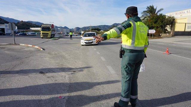 Un agente de la Guardia Civil durante un control de tráfico