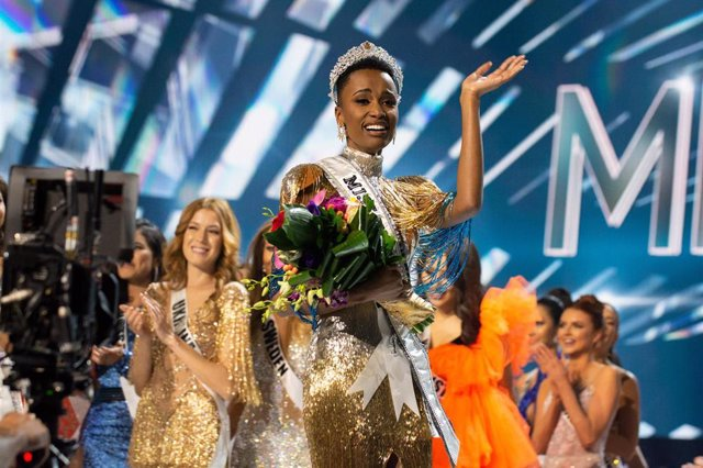 08 December 2019, US, Atlanta: Zozibini Tunzi (C), Miss South Africa 2019, is crowned as Miss Universe 2019 at the end of The Miss Universe beauty Competition at Tyler Perry Studios. Photo: -/Miss Universe Organization via ZUMA Wire/dpa