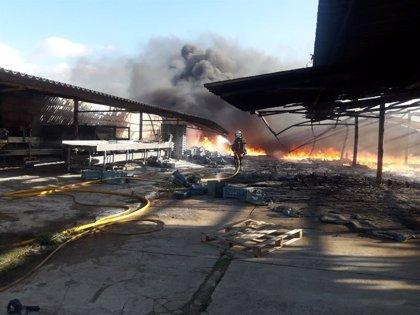 Los Bomberos de Mallorca sofocan un incendio en una nave agrícola en Santa Margalida