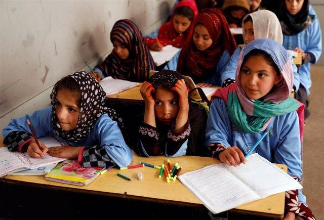 Niñas afganas en una escuela en Kabul