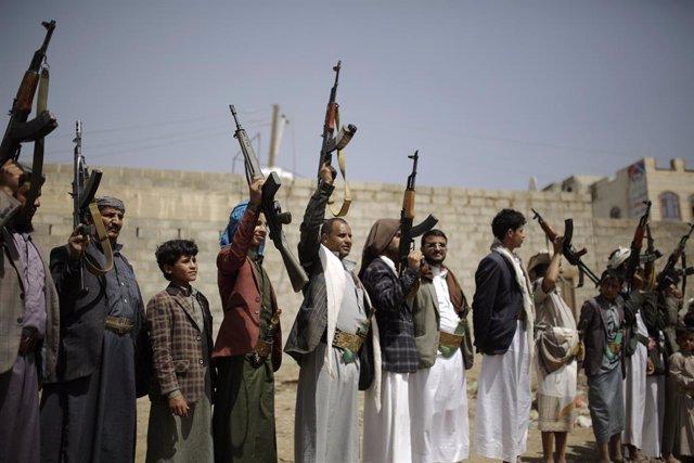 Yemen.- Los huthis abren juicio en Yemen contra diez periodistas detenidos en 20