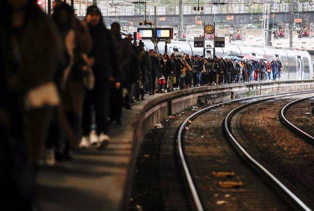 Huelga indefinida de transportes contra la reforma de las pensiones. Estación de Saint-Lazare de París