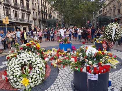 Tapan con cemento la inscripción en árabe del monumento de homenaje del 17-A en Barcelona