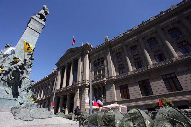 Acampada de protesta frente al Congreso y el Palacio de Tribunales de Santiago de Chile