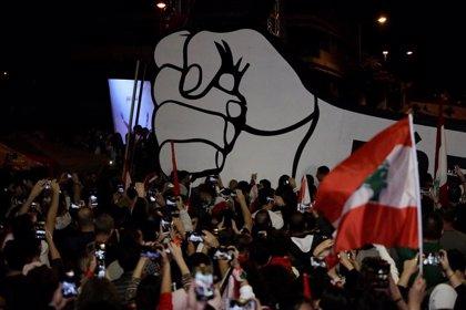 Manifestantes libaneses arrojan bolsas de basura contra las casas de políticos en Trípoli
