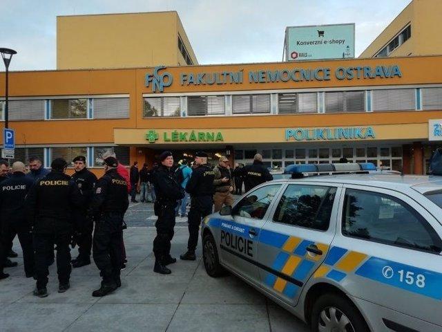 Agentes de Policía en el Hospital Universitario de Ostrava, en el que se ha registrado un tiroteo este martes