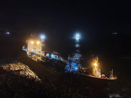 El 'Blue Star' continúa encallado en la costa de Ares al fracasar el segundo intento de reflotamiento