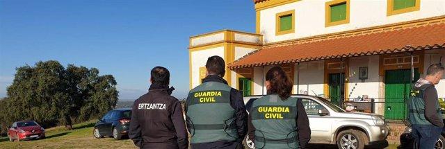 Agentes de la Ertzaintza y la Guardia Civil en una operación policial conjunta.