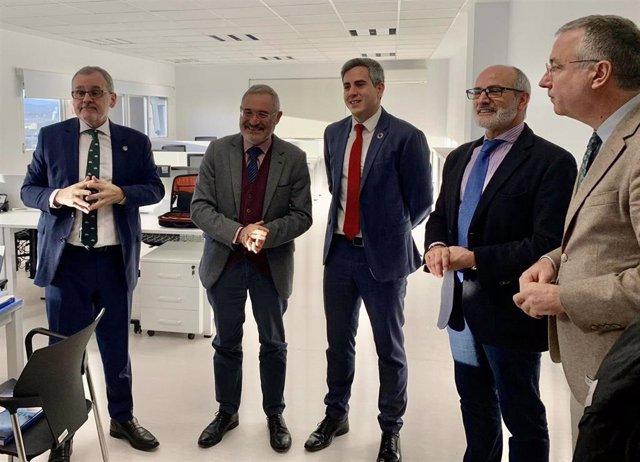 El vicepresidente de Cantabria, Pablo Zuloaga (centro), y el consejero de Sanidad, Miguel Rodríguez (cuarto por la izquierda) visitan el IDIVAL