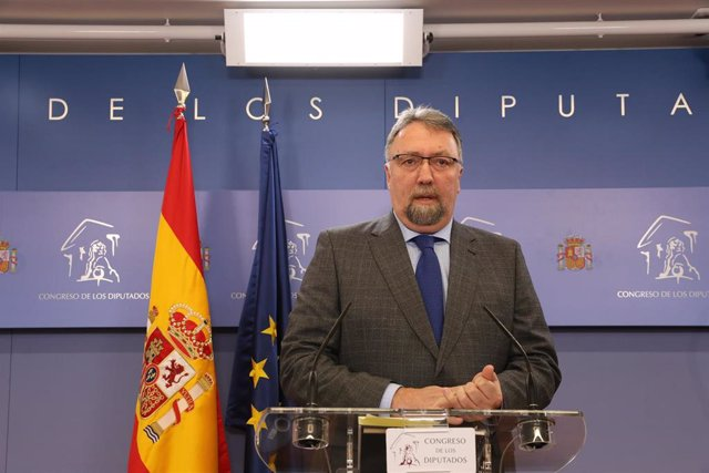El diputado de Foro Asturias, Isidro Manuel Martínez Oblanca, ofrece una rueda de prensa en el Congreso de los Diputados tras su consulta con el Rey