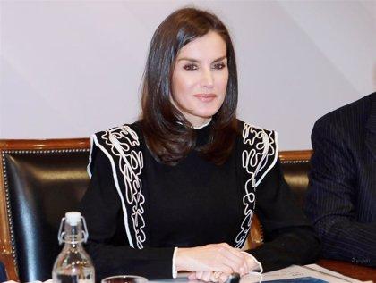La Reina Letizia sorprende con un original jersey de cara a las Navidades