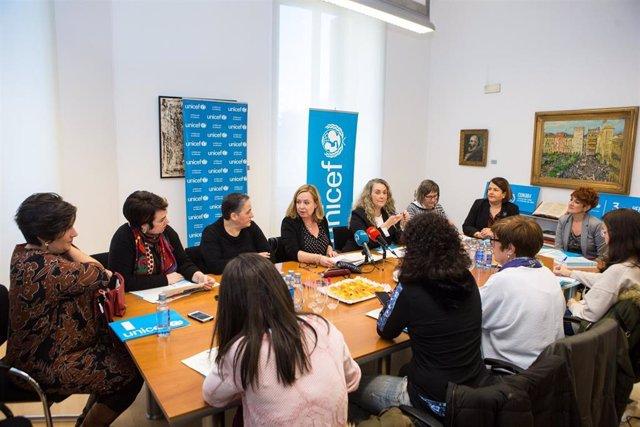 Participantes en el desayuno organizado por Unicef y el Parlamento de Navarra sobre la educación 0-3 años