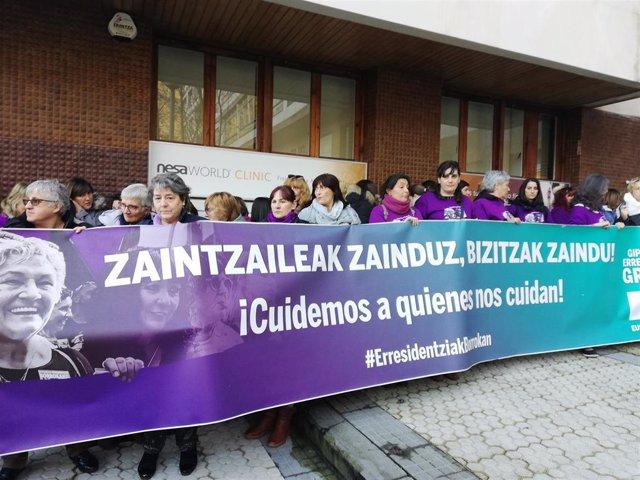 Trabajadoras de residencias de mayores de Gipuzkoa se concentran frente al CRL