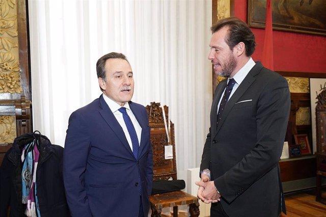 El alcalde de Valladolid (derecha) junto al embajador de Cuba en España.