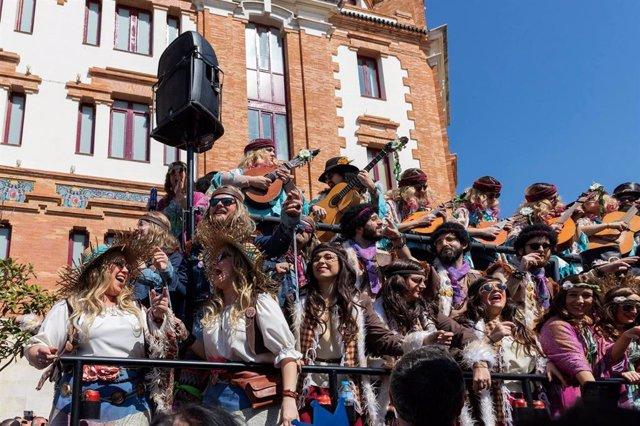 Un coro del Carnaval de Cádiz cantando en las calles del casco histórico