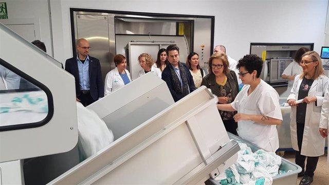 La consejera de Sanidad, Pilar Ventura, visita la nueva lavandería del Hospital Clínico.