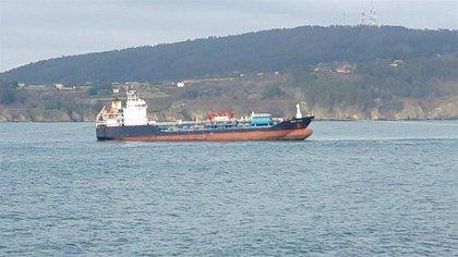 Logran desencallar el buque 'Blue Star' de la costa de Ares (A Coruña) durante la pleamar