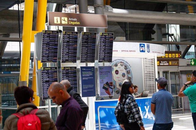 Pantalles amb la informació dels vols d'arribada a l'aeroport de Madrid-Barajas.