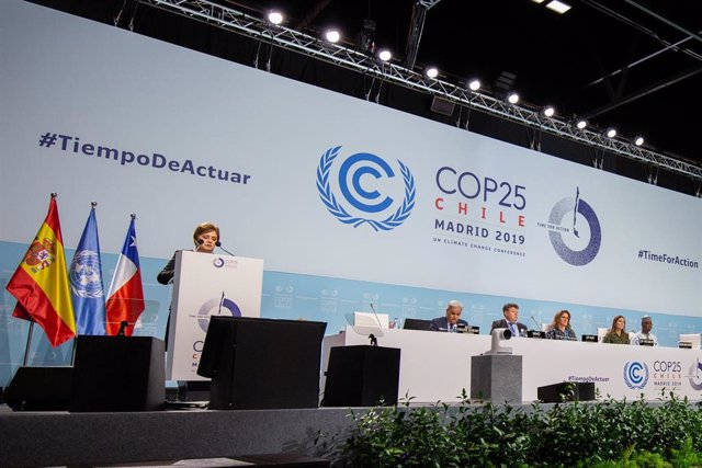 HANDOUT - 10 December 2019, Spain, Madrid: UN Climate Change Executive Secretary Patricia Espinosa (L) speaks at an event during the UN Climate Change Conference (COP25) at the Madrid Fair (IFEMA). Photo: James Dowson/UNFCCC/dpa - ATTENTION: editorial use