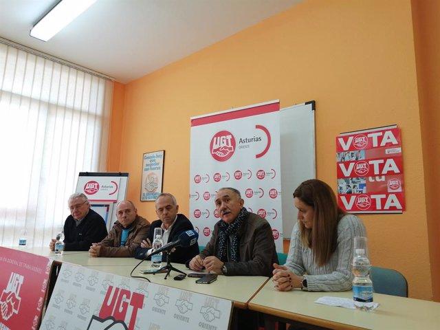 El secretario general de UGT, Pepe Álvarez, junto a responsables de UGT Asturias en una rueda de prensa en Llanes.