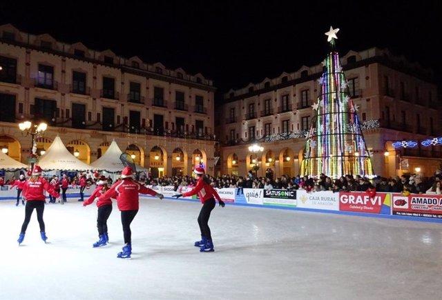 Pista de patinaje en la plaza Luis López Allué de Huesca.